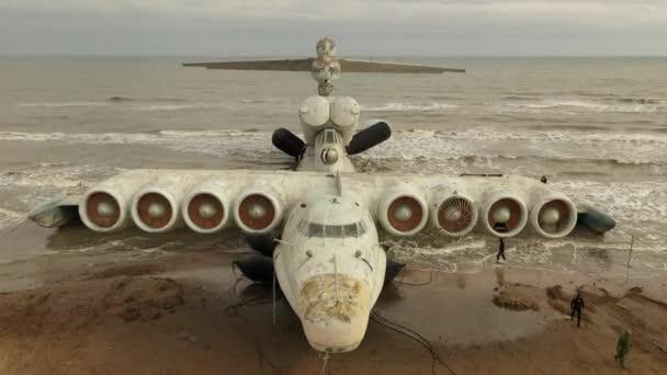 Eranoplan der Lun-Klasse, ein ehemals streng geheimes sowjetisches Marineschiff. Riesiges Flugschiff an der Küste des Kaspischen Meeres. Russland, Dagestan.