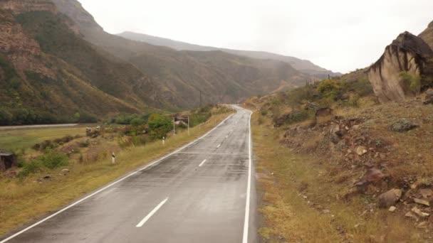 silnice v Dagestánu. Letecký pohled na auto jedoucí po horské silnici. Krásná horská cesta. Jedeme po horské cestě. Výlet. Horská krajina
