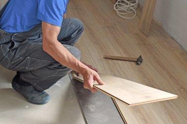 male carpenter puts the laminate