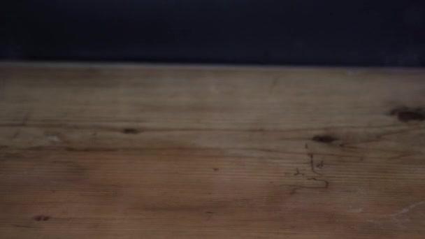 Gőz és folyadék fröccsenő kávé fa asztal fekete háttér