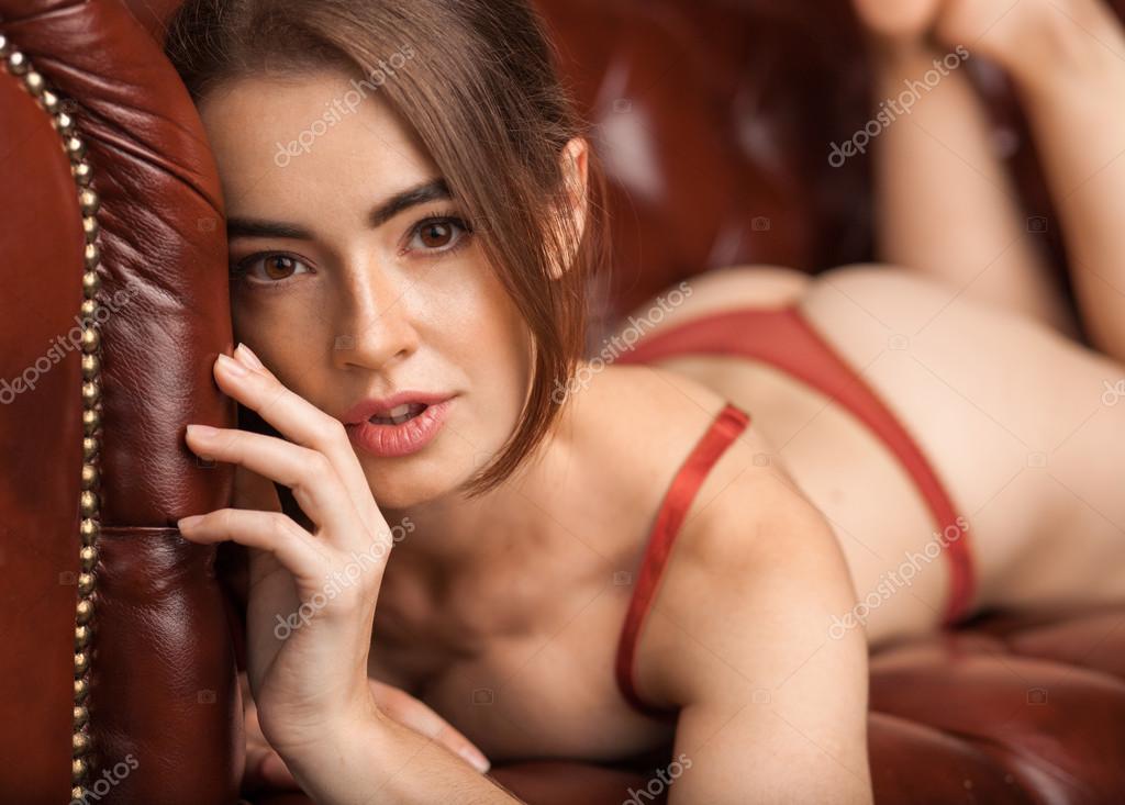 74046cd98 Hermosa mujer joven en ropa interior roja sexy en cuero para — Fotos de  Stock