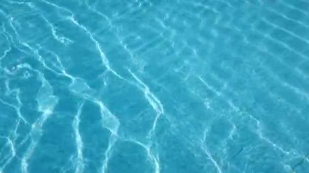 Pohybující se voda v bazénu