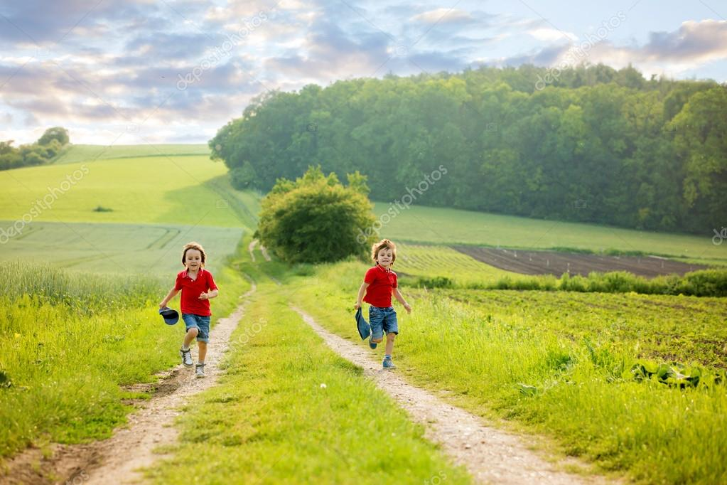 Adorables Niños, Hermanos Niño, Corriendo En Un Campo En