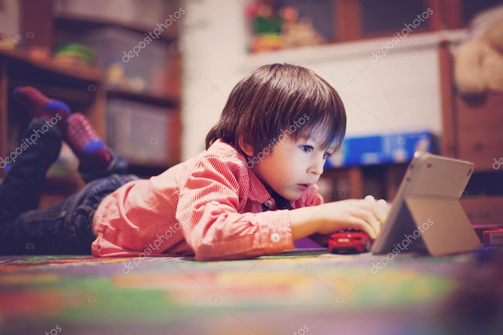 Lindo ni o tendido en el suelo en la habitaci n de los ni os jugando en ficha foto de stock - Suelo habitacion ninos ...