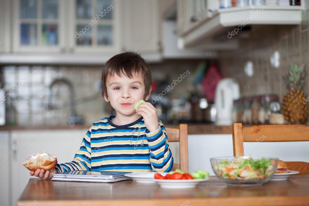 Niño Comiendo Sandwich Para Colorear Hermoso Niño