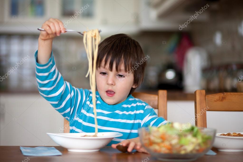 Милий маленький хлопчик, їдять спагетті вдома на обід — Стокове ...