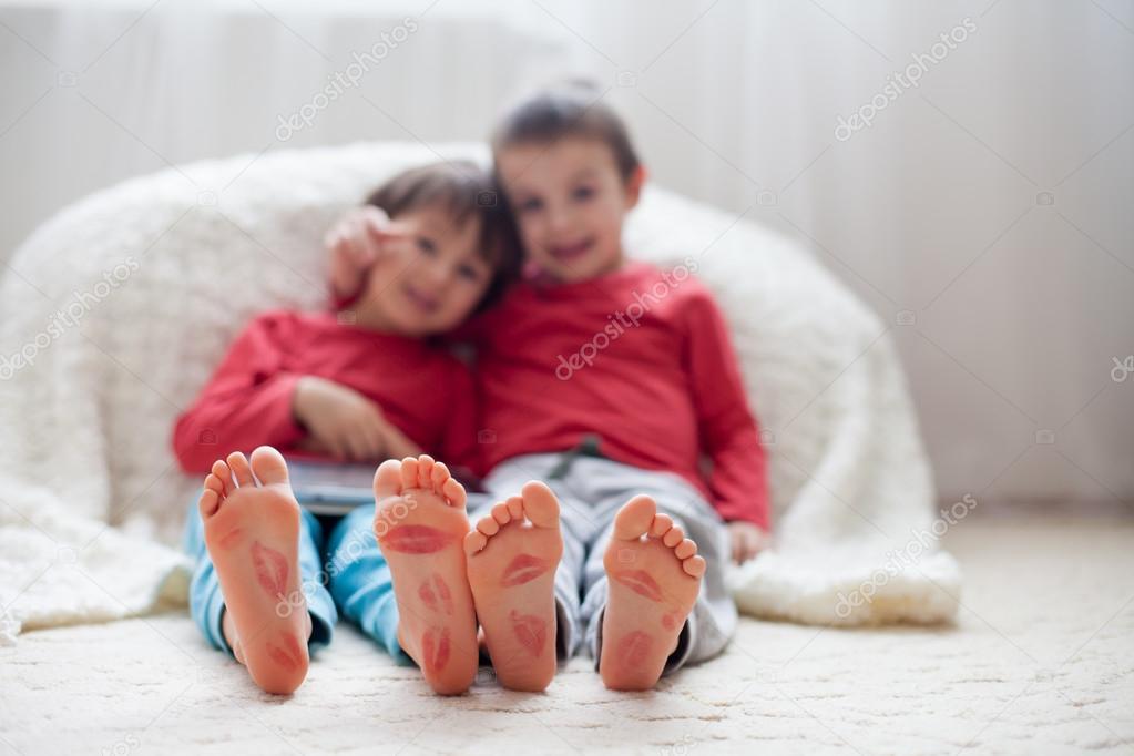 Kussen Voor Kinderen : Weinig kinderen voeten bedekt met prints van kussen u2014 stockfoto © t