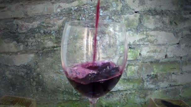 Bílé víno nalévá