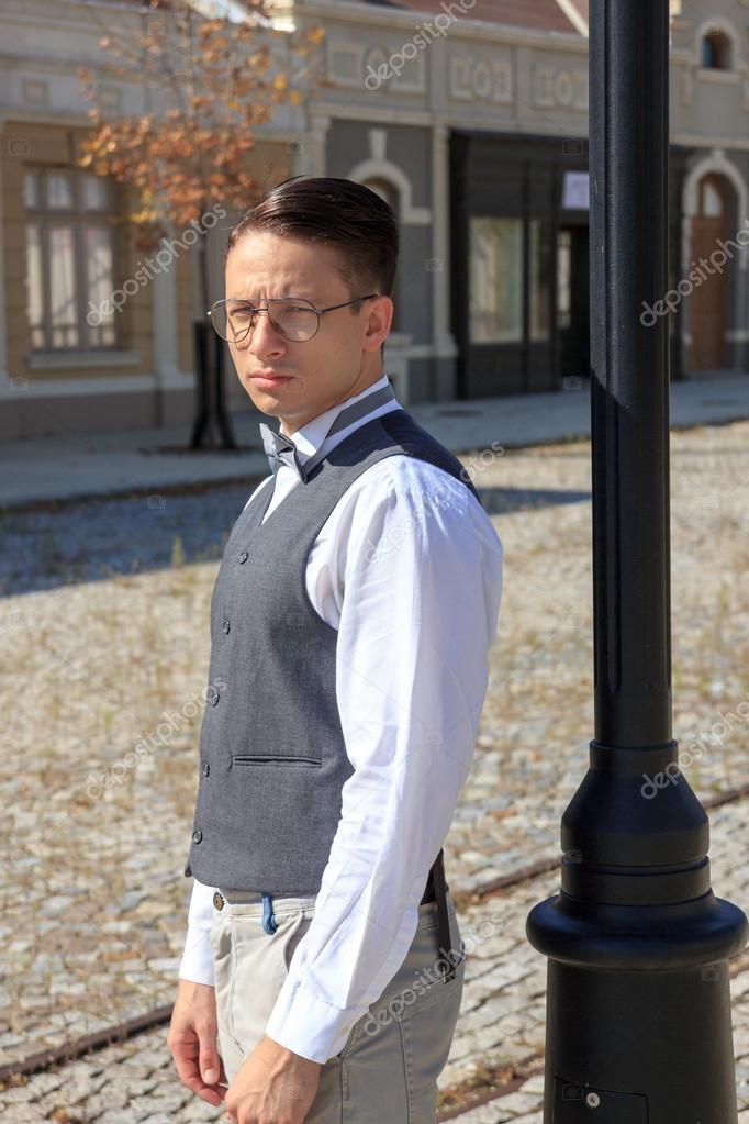 design élégant large sélection moins cher Homme en chemise et gilet avec noeud papillon et lunettes ...