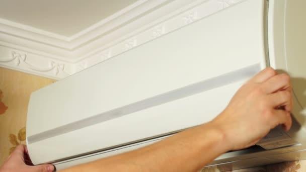 Klimaanlage für Wartungsarbeiten öffnen