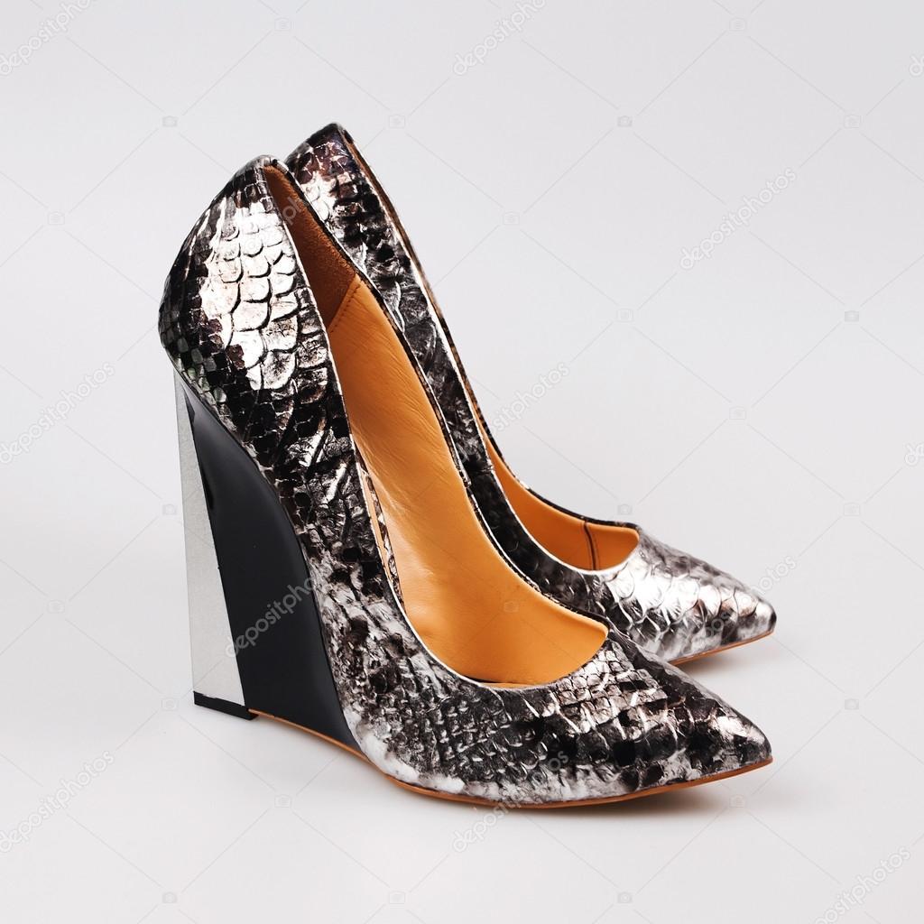 f357d8029b9 Ασημένια λαμπερό γυναίκες ψηλά τακούνια παπούτσι απομονωθεί — Εικόνα από ...