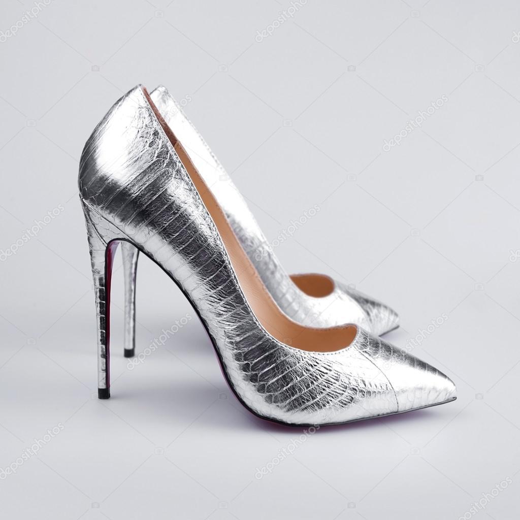 13b1f1d0cf5 ασημένια ψηλά τακούνια αντλία παπούτσια — Φωτογραφία Αρχείου ...