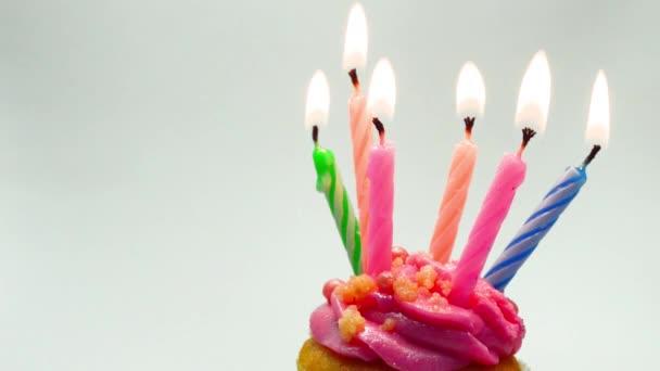 Rózsaszín Birthday cupcake, gyertyagyújtás