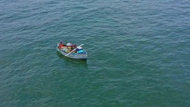 Luftaufnahme, Fischerboot mit handwerklichen Fischern in Küstennähe