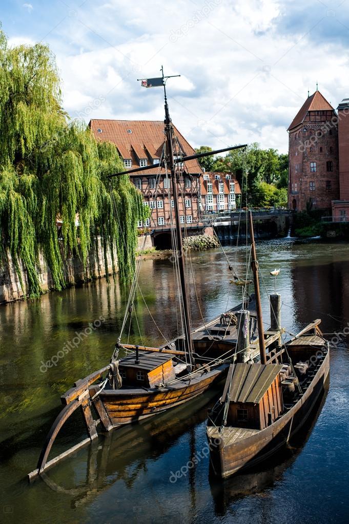Barche di legno sul fiume con le case foto stock for Piani di casa con vista sull acqua