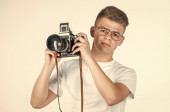Fotografie Fakultät für Journalismus. Oldtimer-Kameratechnik. Fotografieren mit professioneller Kamera. Fotografieren ist sein Hobby. Teenager mit Retro-Fotokamera. junger talentierter Fotograf. Arbeiten Sie für Sie