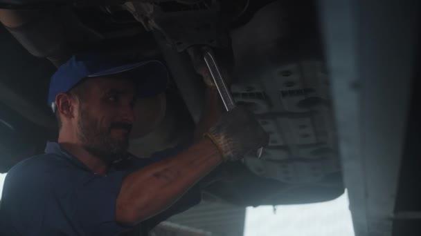 Junger Mann ist Mechaniker Reparatur Auto in der Garage mit professionellen, Auto-Service, Wartung und Techniker, Kfz-Untersuchung und Reparatur, eine Person, männliche Diagnose und Inspektion Automobil.