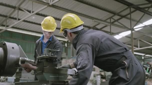 Team Ingenieur arbeiten suchen Laptop-Computer, Zwei-Mann-Planung Projekt, Techniker inspizieren und reparieren Maschine, Unternehmer-Management und Steuerung in Fabrik, Industrie-und Baukonzept.