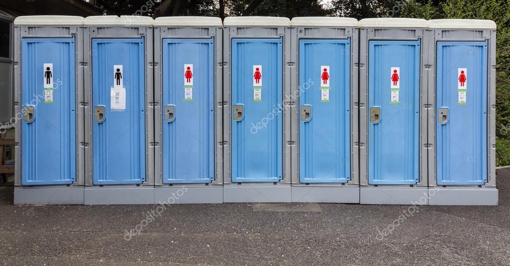 Toilette portatili o cabine wc mobili. bagni pubblici u2014 foto stock