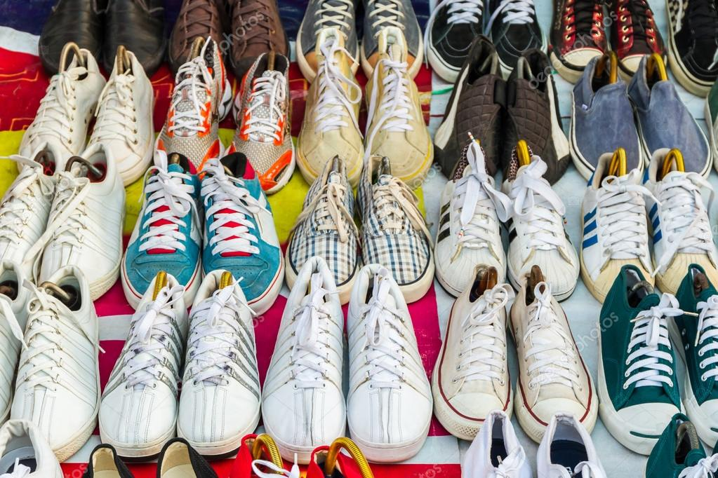 30e56752 Colores de zapatos de segunda mano en venta en calle Mercadillo — Foto de  ...