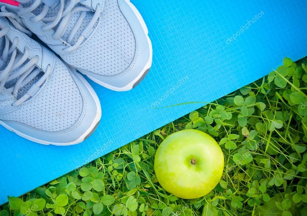 Pomme Et Baskets La De D'yoga Chaussures Sur Sport L'herbe Tapis YPqHv8E