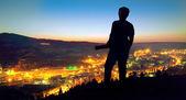 Fotografie člověk při pohledu na město
