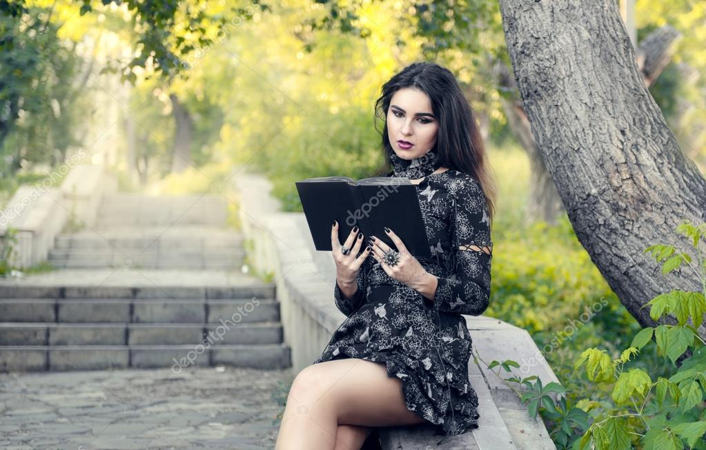 Chica Gótica Leyendo Un Libro Negro