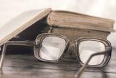 Dioptrické brýle a knihy na stole