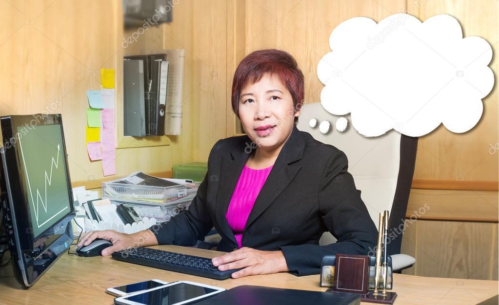 Affaires femme asiatique gestionnaire senior âge implantation sur
