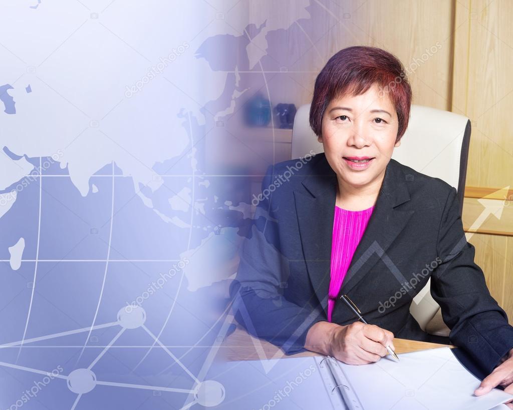 Entreprise femme asiatique gestionnaire senior âge implantation sur