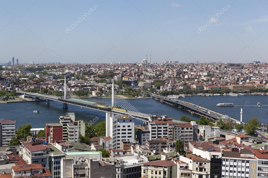 Istanbul. Vue du centre ville et le pont sur la corne d\'or de la tour