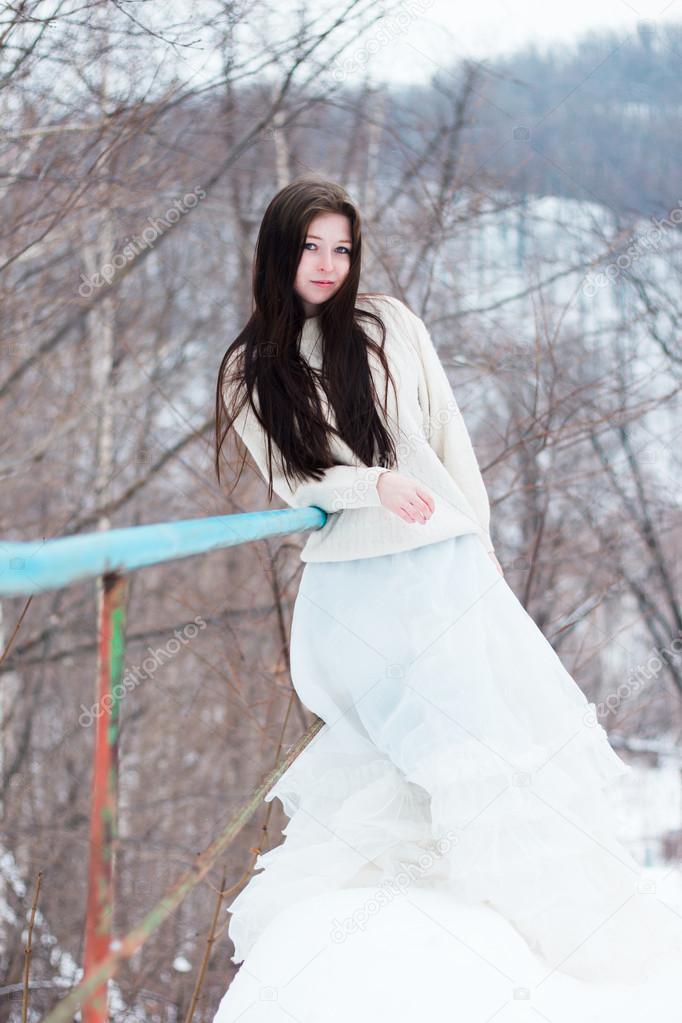 Красивая женщина в белом платье