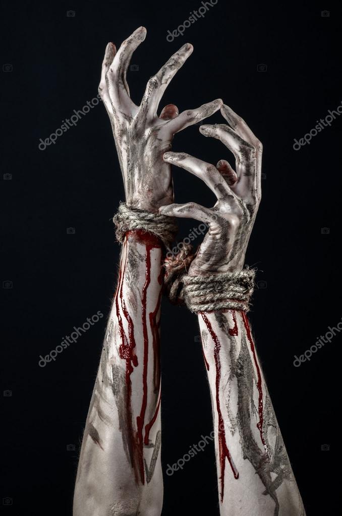Las manos limitadas, las sangrientas manos, barro, cuerda, sobre un ...