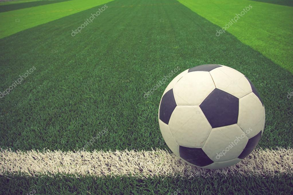 balón de fútbol o fútbol en Fútbol campo vintage de color — Fotos de ...