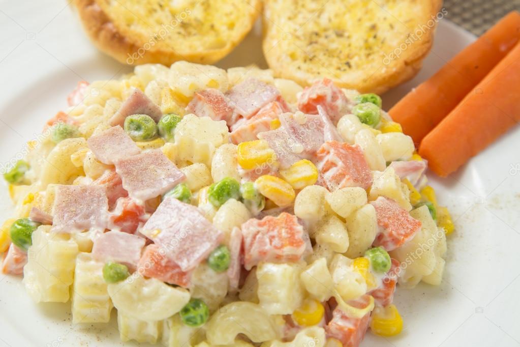 Wonderbaar Macaroni salad with mayonnaise and vegetables. — Stock Photo YD-85