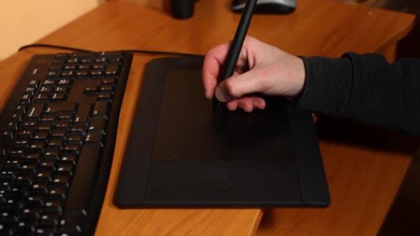 Muž, kreslení na grafický tablet