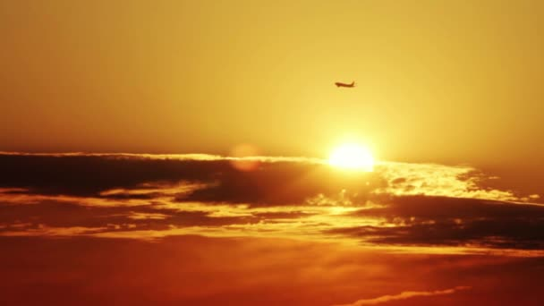 Silueta pro letadlo vzlétne na východ slunce