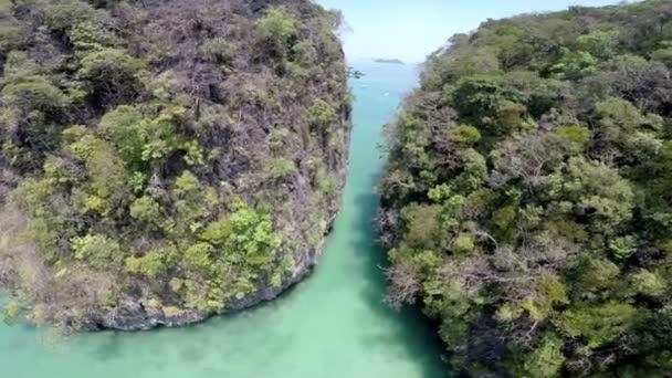Letecký pohled na tropický ostrov, ostrov Koh Hong, Krabi, Thajsko