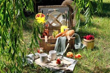 """Картина, постер, плакат, фотообои """"винтажная корзина для пикника, корзина с багетом и лимонадом на открытом воздухе на траве с сыром, моцареллой, помидорами, вишней, виноградной лозой. экологичный пикник аль-фако. фрески фресок"""", артикул 468014594"""