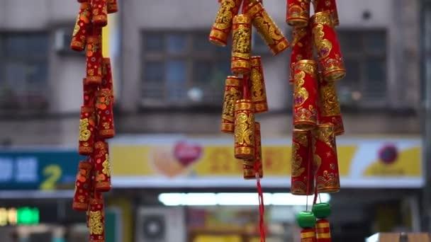 Červené a zlaté žabky pro oslavu čínský Nový rok