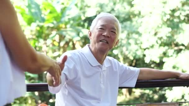 Das asiatische Seniorenpaar bleibt auch nach der Rente zusammen. Umarmung und Kuscheln mit Liebe