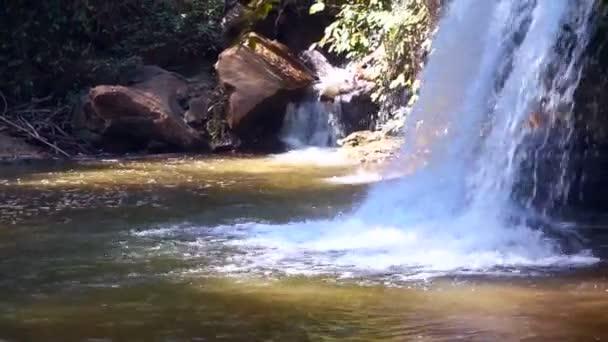 Malý vodopád v tropickém lese