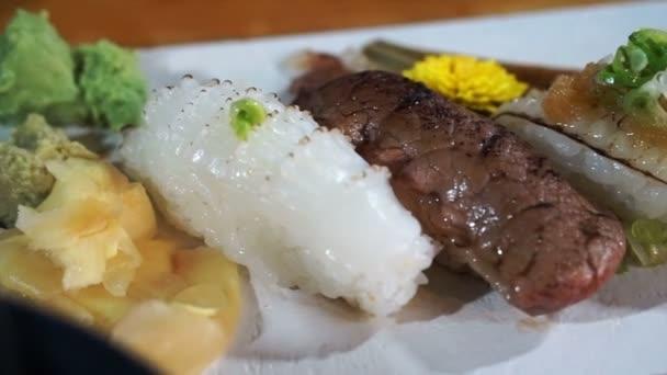 aburi nigiri scottato sushi cucina giapponese met cucinare il pesce sulla cima di riso filmati stock