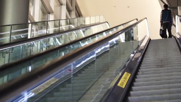 Dojíždějící jezdecké eskalátor ve stanici metra Pov na moderní architektury