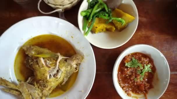 Hlediska rukou jíst různé tradiční pokrmy thajské kuchyně od shora. lepkavá rýže, curry a vkládání Pov