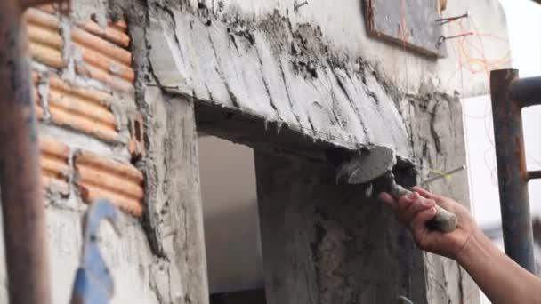 Ruce na zeď okraj detail práce ruční omítání betonu