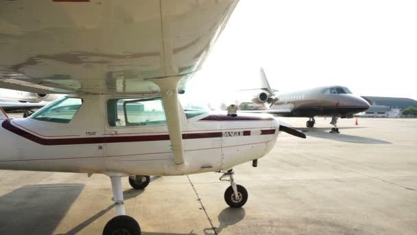 kleines Privatflugzeug Jet Parken am Flughafen