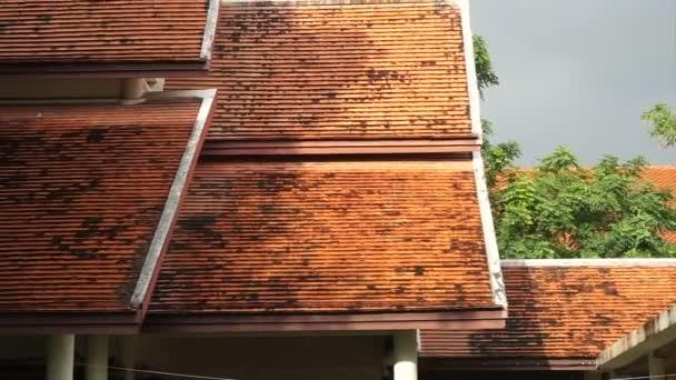 Silné tropické období dešťů na thajské střeše architekta oranžové