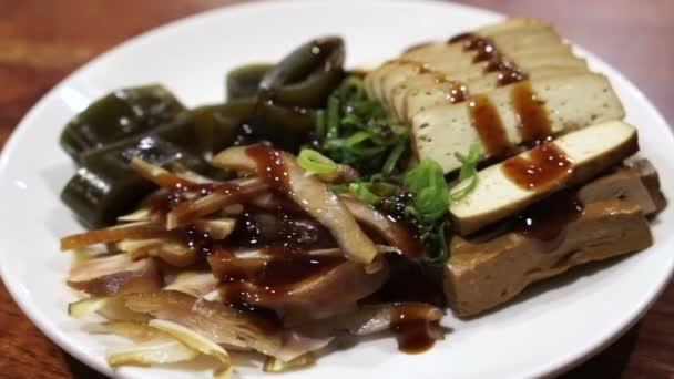 Čínské Tchaj-wanských noodle shop jídlům. Sójové tofu, mořské řasy, vepřové ucho, zeleniny a ústřice omáčka zálivka