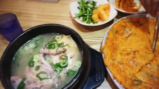 Korejské jídlo, kimchi palačinka, ženšen Slepičí polévka a různé doplnky
